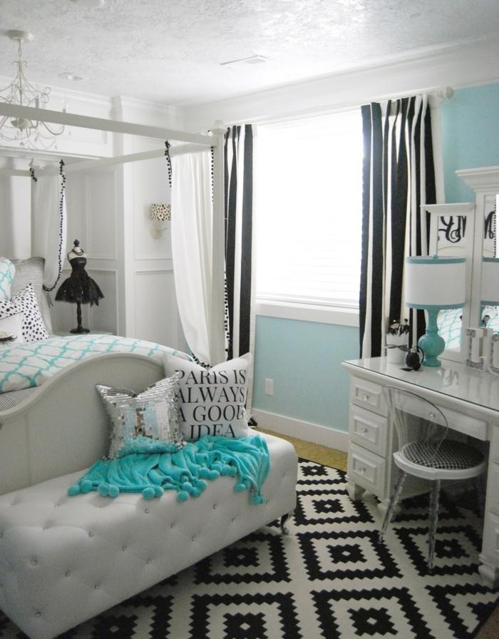 dormitorio juvenil decorado en blanco, azul y negro, cama grande con pie de cama en capitoné, decoración habitaciones de niñas