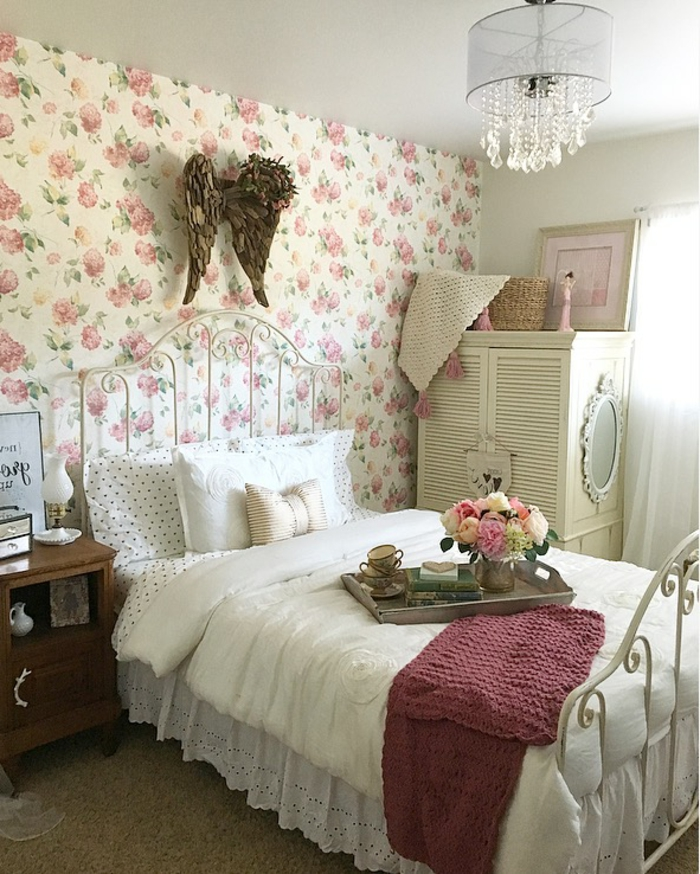 cuartos de niñas decorados en estilo vintage, paredes con papel pintado con elementos florales y cama vintage
