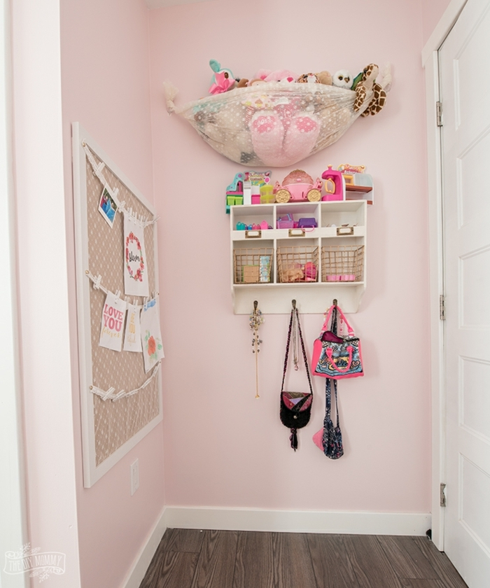 habitacion pintada en rosada con estanterías flotantes y muchos detalles decorativos, ideas de cuartos de niñas modernas