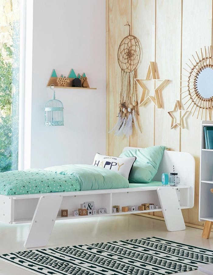 preciosa decoración de dormitorios de niñas en colores frescos y claros, pared con vigas de madera y detalles en verde menta