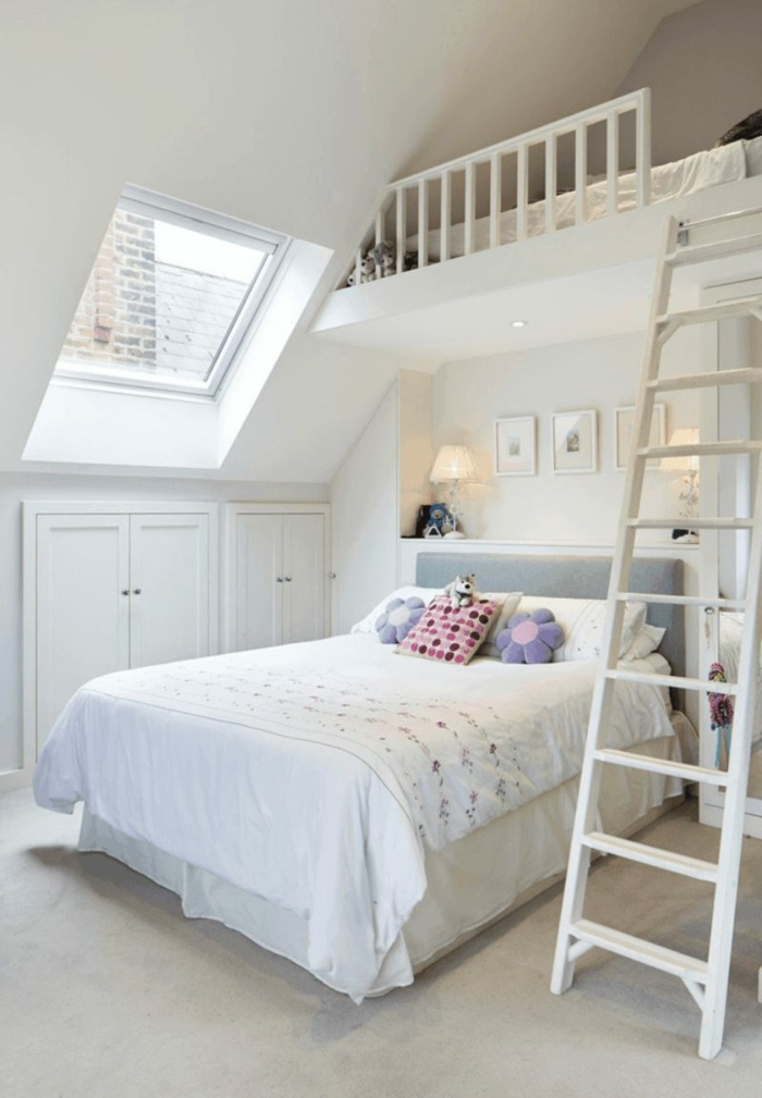 cuartos de niñas modernos decorados en blanco, techo inclinado y decoración en blanco, grande cama con cabecero