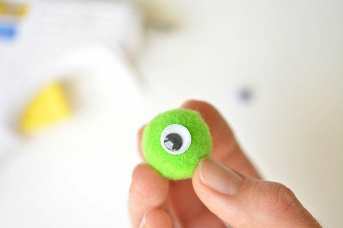 manualidades rollo papel higienico, dragón de tubo de cartón paso a paso, ojo artificial para decorar el tubo