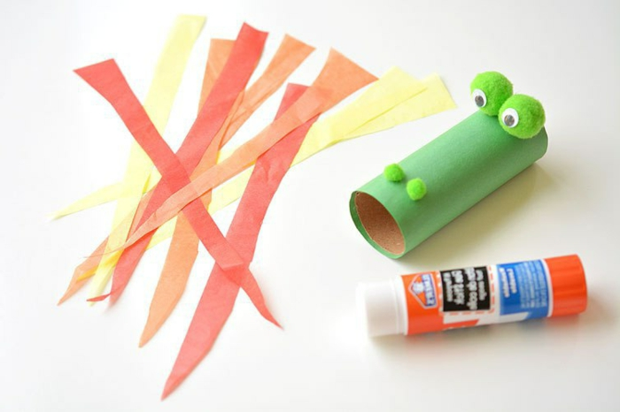 ideas de decoració DIY, gragon hecho de tubo de cartón, manualidades rollo papel higienico con tutoriales