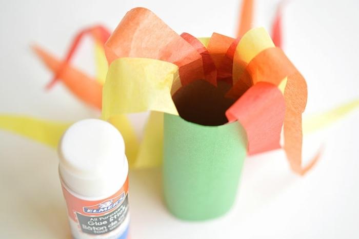 pasos para hacer un dragón de papel de embalaje, rollos de papel higiénico y pegamiento, manualidades rollo papel higienico