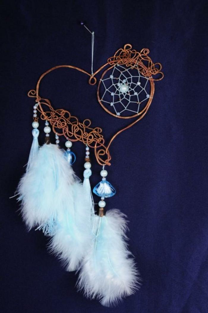ideas de manualidades decoracion para el dia de san valentin, como sorprender e tu pareja con un atrpasueños en forma de corazon