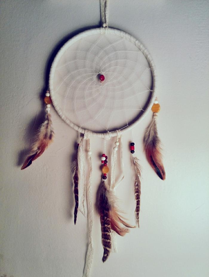 bonitas manualidades decoracion, atrpasueños DIy en blanco con plumas coloridas, proyectos DIY paso a paso