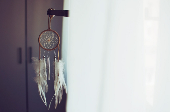 bonita decoración para el hogar, manualidades decoracion paso a paso, atrapasueños pequeño colgado en el dormitorio