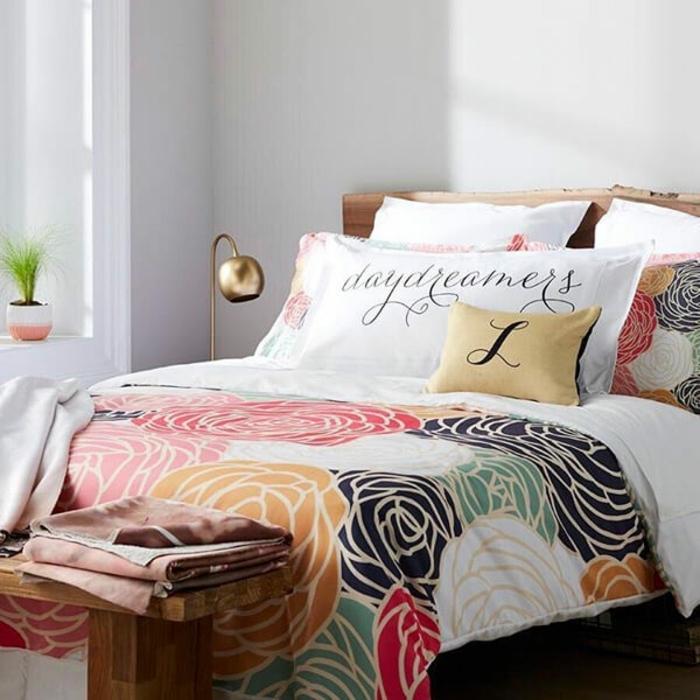 ideas sobre como decorar una habitación juvenil para niña, cuartos de niñas con grandes camas y decoración de flores