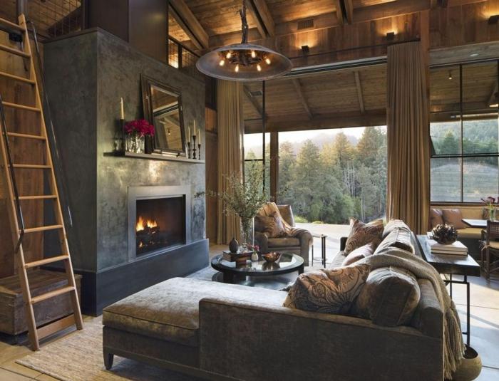 ideas decoracion vintage salon, salon decorado en tonos oscuros terrosos, chimenea de leña, candelabro vintage y muebles modernos