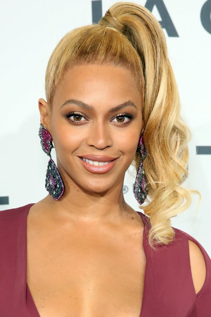 ejemplos de celebridades con cabello recogido en coleta de caballo, pelo rubio ondulado recogido en cola a un lado