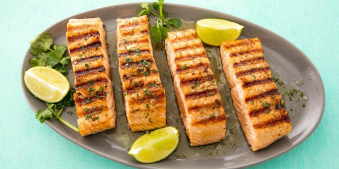 ejemplos de recetas faciles y rapidas, filetes de salmon a la plancha con perejil lima y mantequilla receta de encanto saludable y facil de