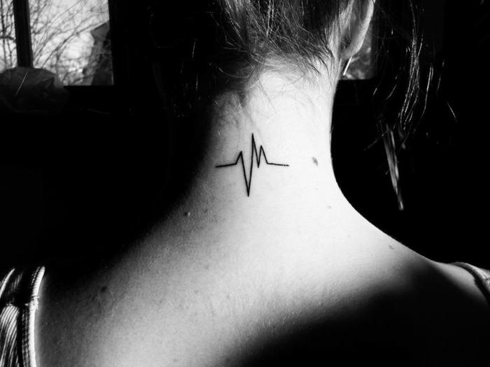 dibujo de electrocardiograma en negro en la parte superior del cuello, ejemplos de tatuajes en el cuello mujer