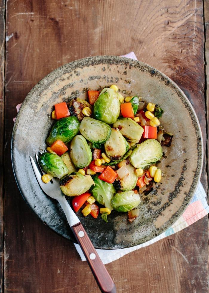 ensalada fresca con col de bruselas, pimientos rojos, maíz y verduras, recetas verano paso a paso