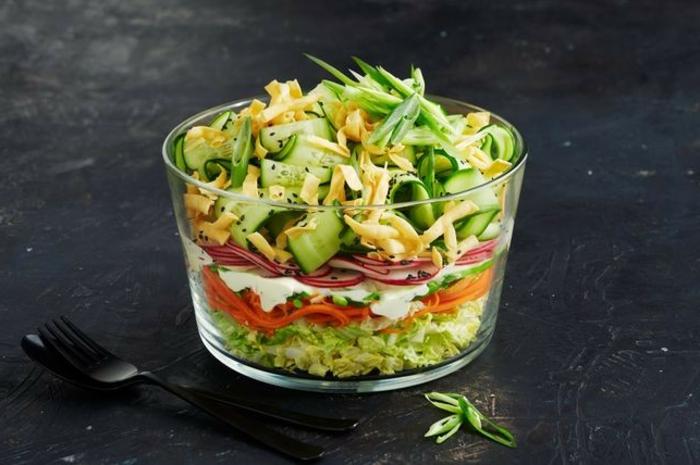 ensalada fresca con pepinos, tomates, zanahorias y col, ideas cenas ricas y sencillas paso a paso