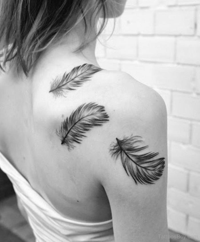 propuestas de tatuajes grandes en la espalda, plumas tatoo bonitas, tres plumas grandes con tinte negro