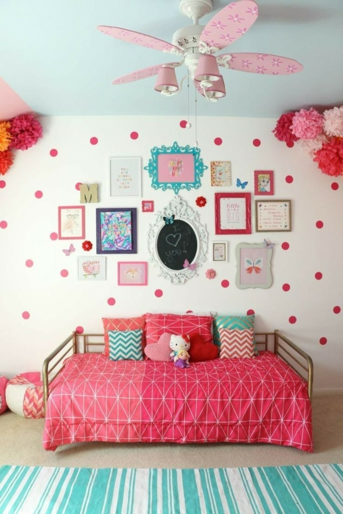 ejemplo encantador de dormitorio juvenil niña, cuadro decorado en rosado, rojo y verde menta, paredes con muchas piezas decorativas