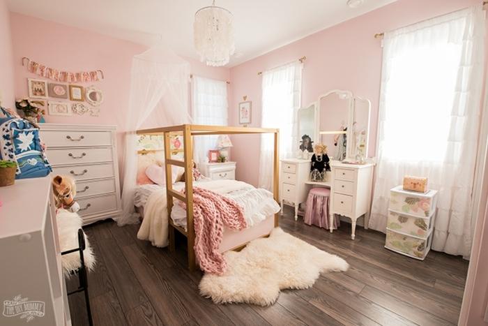 grande habitación decorada en rosado con elementos y muebles en blanco y suelo de madera, ideas de cuartos de niñas modernos
