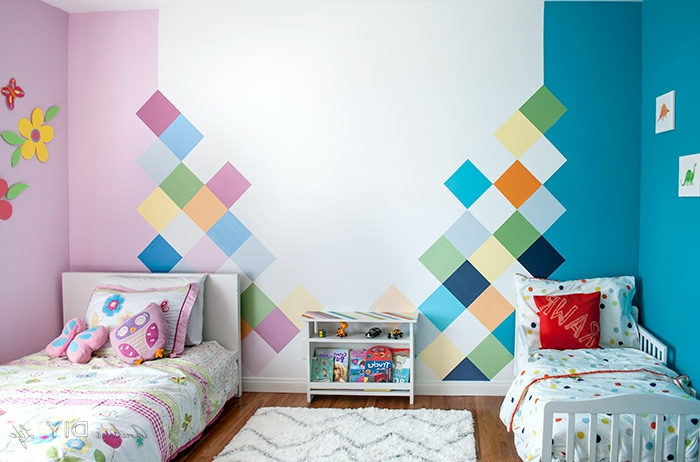 dormitorio infantil dividido en dos partes, cama de niña y cama de niño en azul y rosado, ideas dormitorio juvenil niña