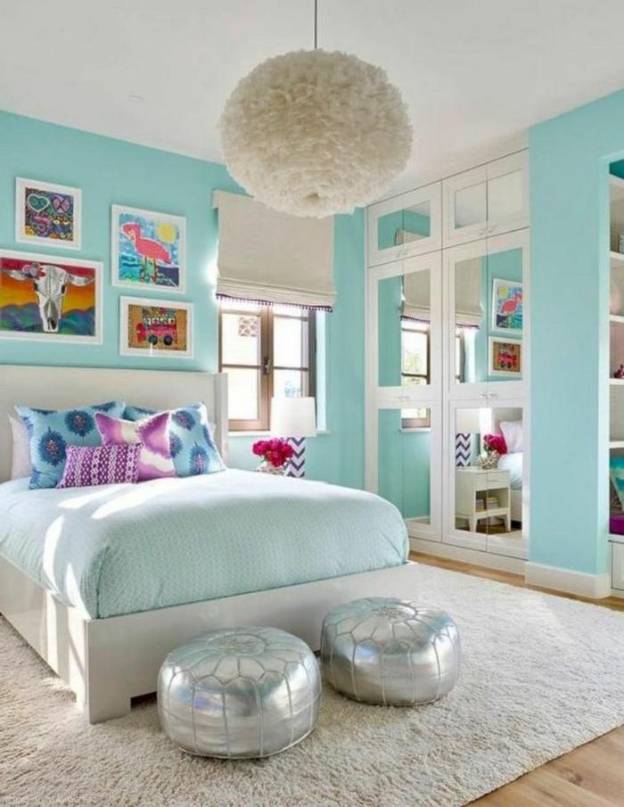 habitación pintada en aguamarina y decorada con cuadros de pared infantiles, grande cama con cabecero, ideas de decoración dormitorio juvenil niña