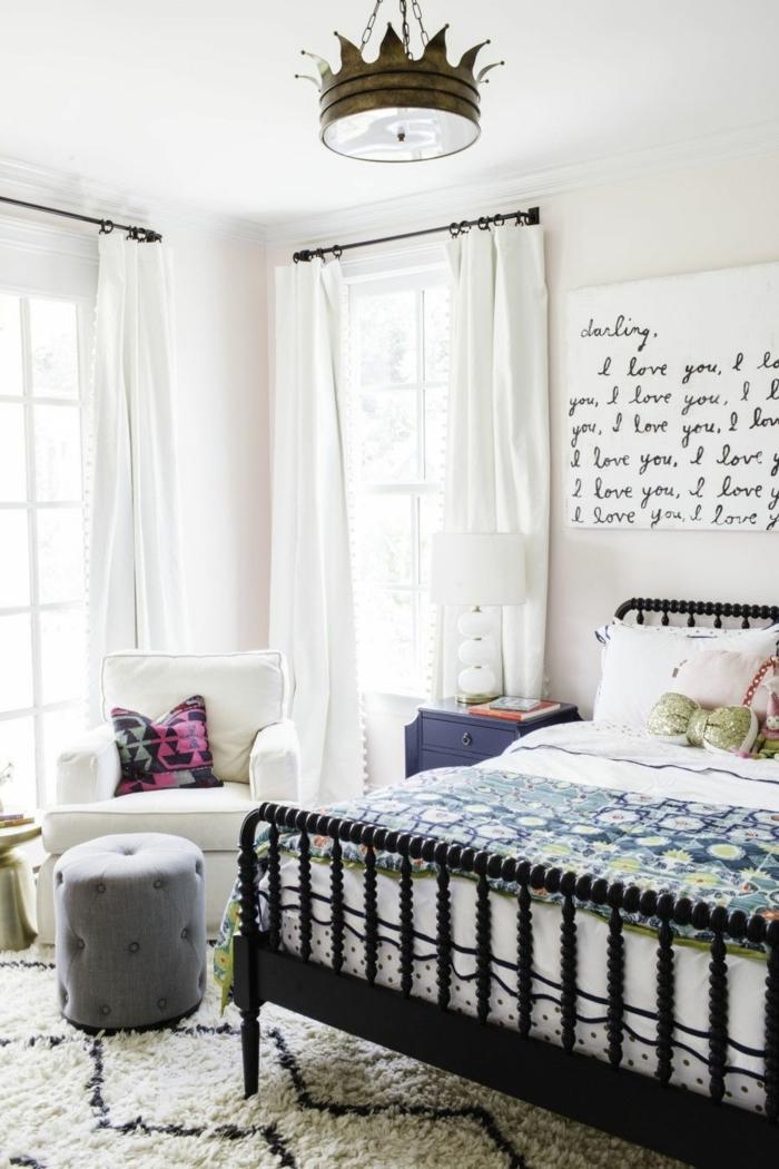 dormitorio juvenil niña de encanto decorado en tonos claros, cuadro decorativo en la pared, lampara original vintage y cortinas en blanco