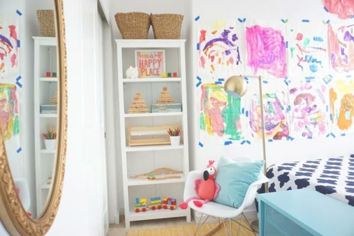 decoracion de dormitorio juvenil niña con elementos vintage, espejo en dorado ornamentado y paredes con dibujos infantiles