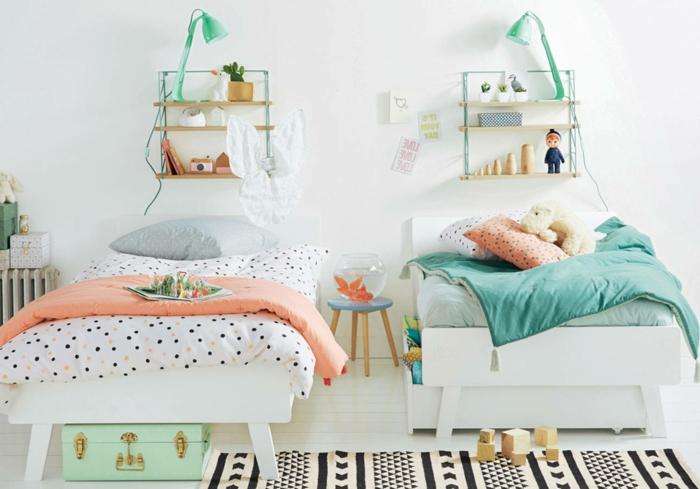 preciosa decoracion con detalles en color salmón y verde, dormitorios de niñas modernos, dos camas en blanco