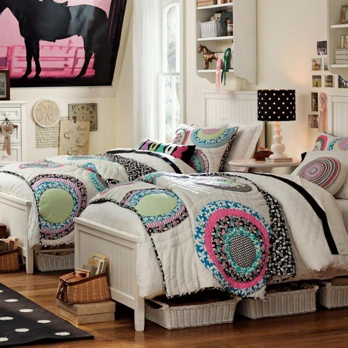 dormitorio juvenil niña con dos camas decorado en beige y colores neutrales y cobijas coloridas con motivos florales