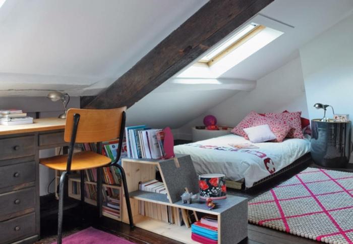 habitaciones de niñas juveniles, dormitorio de encanto con techo inclinado, escritorio de madera y estanteria de madera moderna