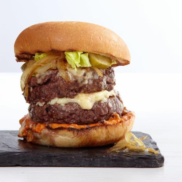 hamburguesa apetitosa para hacer en verano, cena rica y facil con carne, queso y cebolla