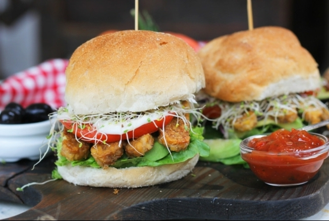 fotos de cenas rapidas y faciles de hacer, hamburguesas veganas con muchas verduras y salsa de chile