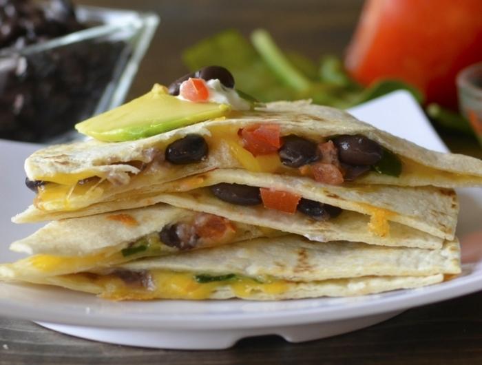 pan arabe con huevos fritos, aceitunas y rebanadas de aguacate, ideas de cenas rapidas y saludables