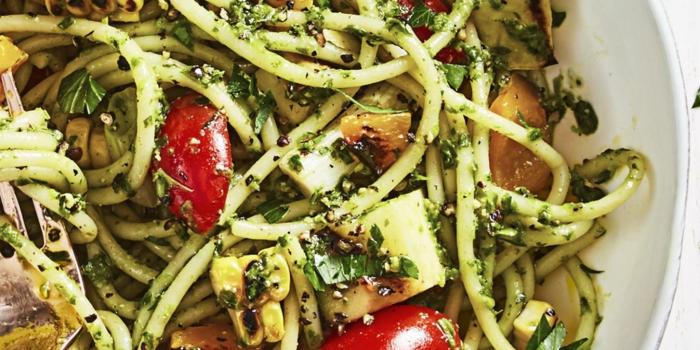 receta saludable, ensalada de espaguetis con tomates, calabacines y maiz, recetas de cocina faciles y rapidas