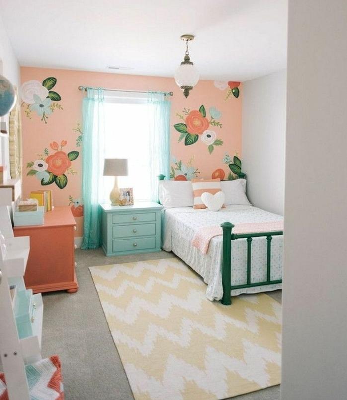 habitaciones infantiles decoradas con elementos florales, paredes con papel pintado en naranja con estampado de flores