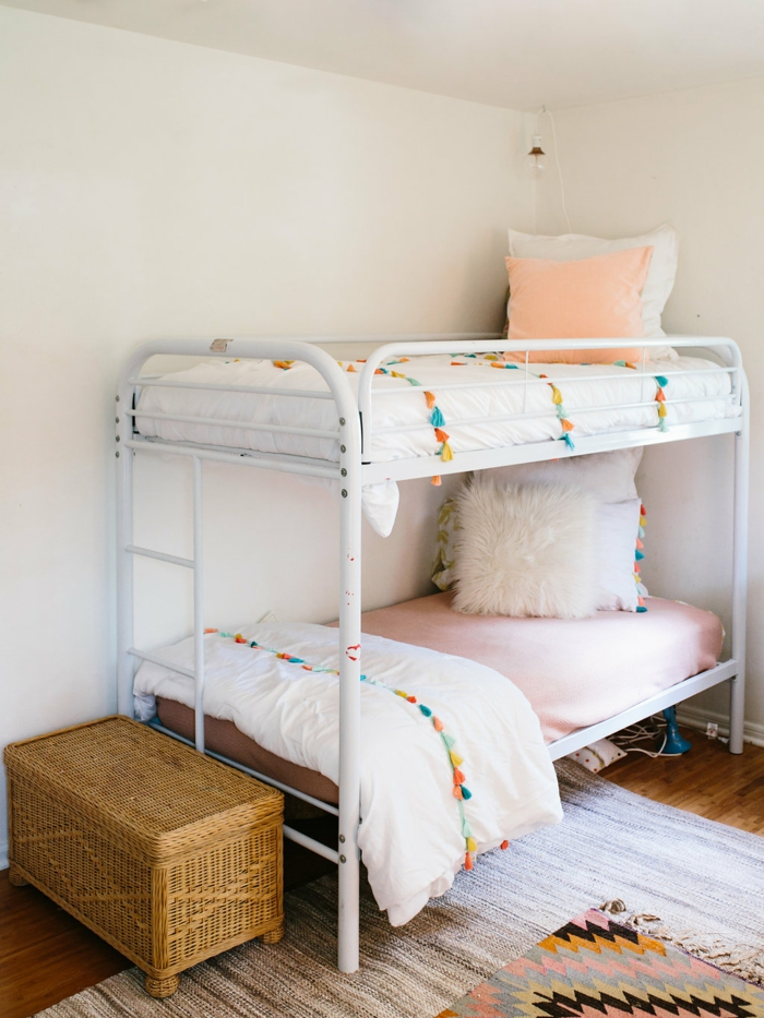 habitaciones infantiles decorados en colores pastel, bonita habitación pintada en blanco con dos camas una encima de la otra