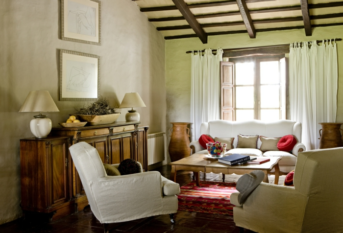pequeño salon decorado en ocre con muebles modernos y techo con vigas de madera, como decorar un salon moderno ideas 2018
