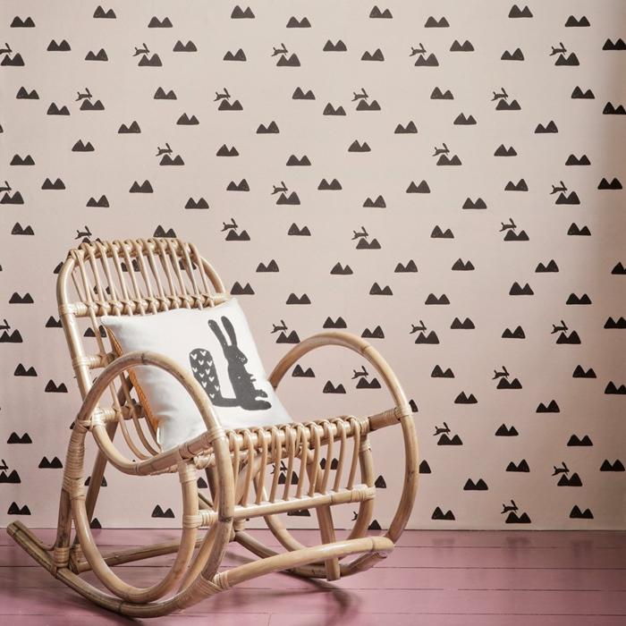 precioso rincón de una habitación infantil, paredes decoradas con papel pintado con dibujos de pequeños conejos, ideas originales habitaciones infantiles baratas