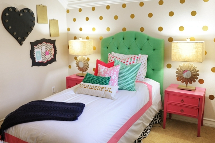 habitaciones infantiles decoradas con estilo, paredes con papel pintado en blanco con bolas en dorado y cama verde con cabecero en capitoné