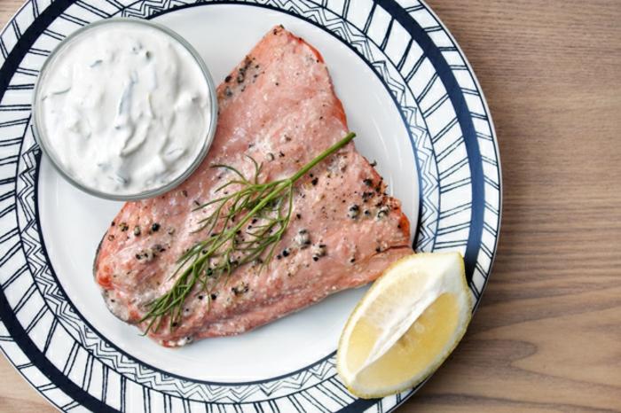 recetas de cocina ricas, fáciles y saludable, filete de salmon cocido en el horno con limones y salsa de yogur