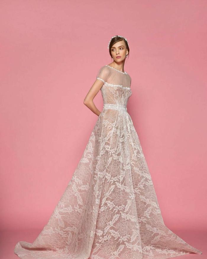 vestido novia romantico en color champán con falda de encaje y parte superior de tul, pelo recogido en moño bajo con corona de flores blancos