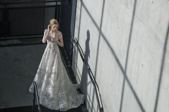 propuesta vestido novia romantico con larga cola, falda amplia y larga y cintura alta, tendencias vestidos de novia 2018