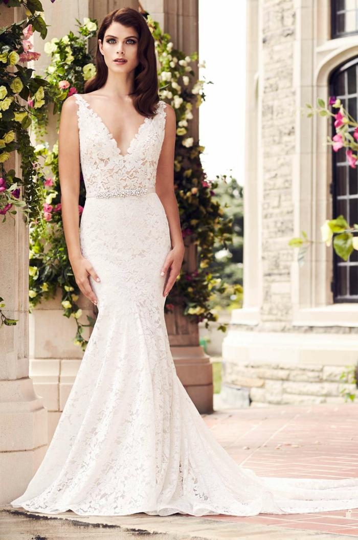 vestido novia romantico corte sirena con escote en V, pelo largo suelto ondulado peinado a un lado