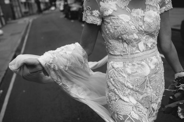 vestidos de novia cortos de encaje y preciosos apliques de flores, vestido en color marfil con grande velo