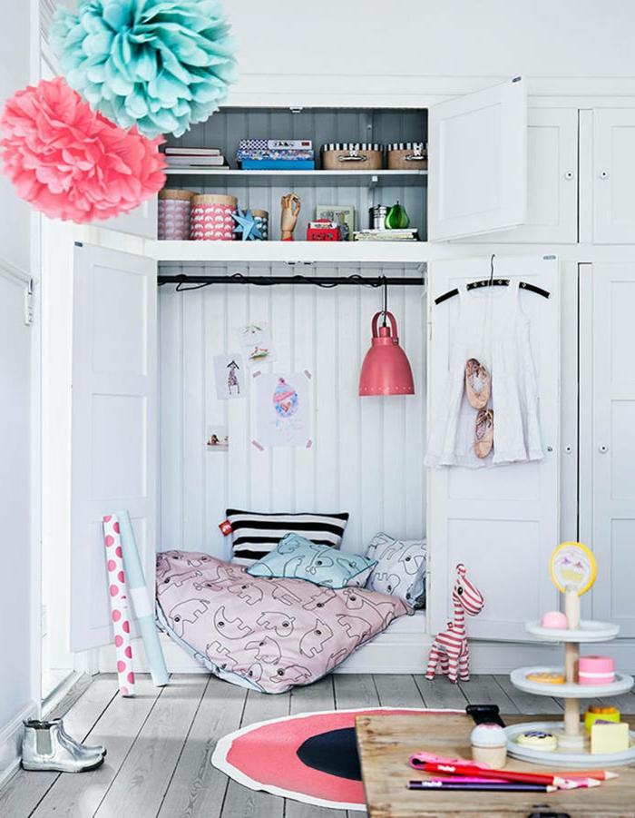 ideas para decorar dormitorios de niñas, habitación en blanco con muebles de madera, decoración de flores de papel