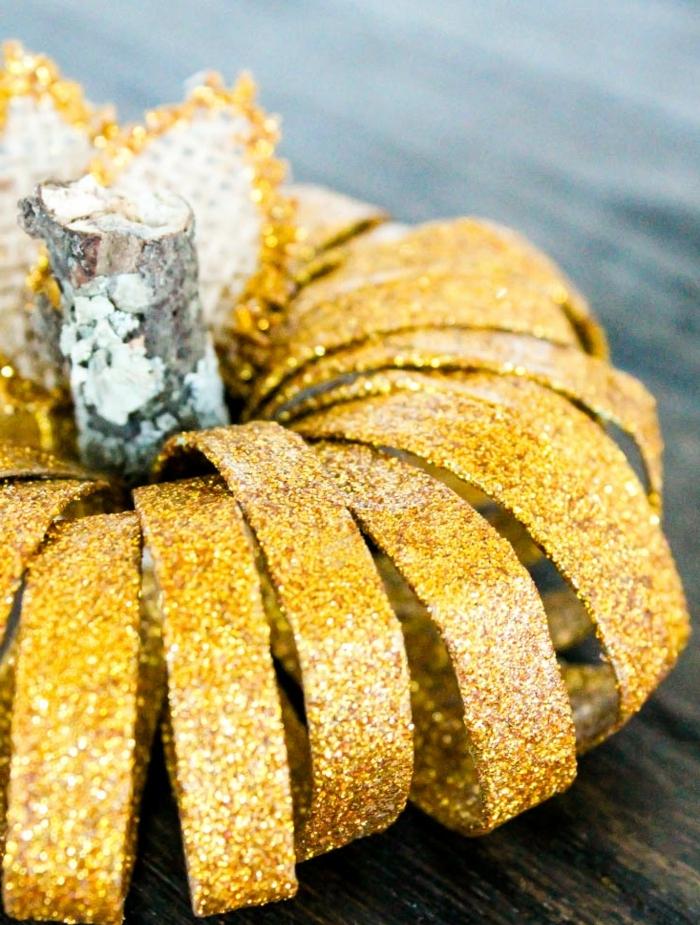 calabaza decorativa par halloween hecha de cartón, purpurina en dorado y tubos de cartón, manualidades para niños