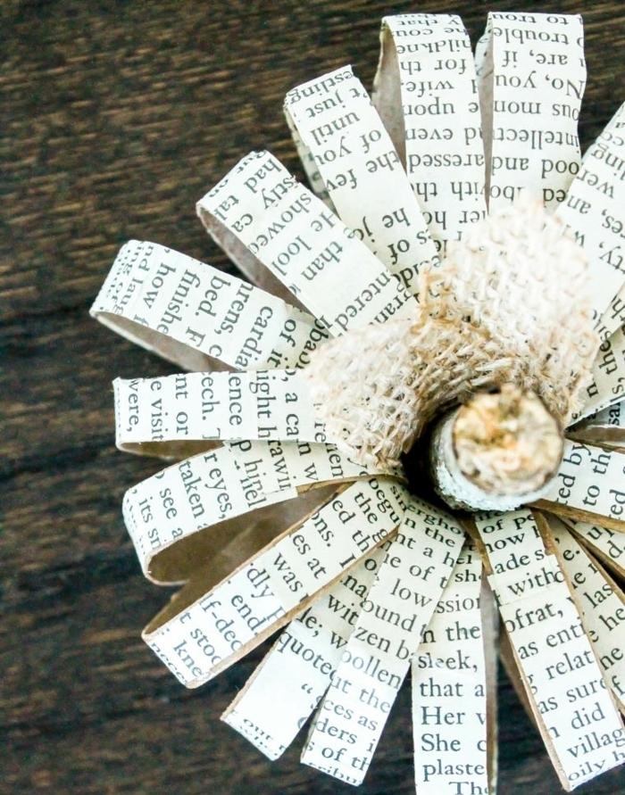 como hacer una decoración para Halloween, calabaza hecha de tubos de cartón y papel de libros, manualidades para niños
