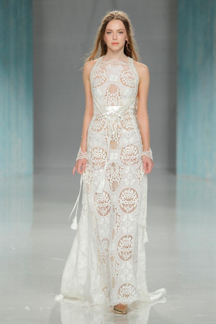 ejemplos de vestidos de novia informales en boho chic, vestido de encaje color marfil diseño sencillo corte recto