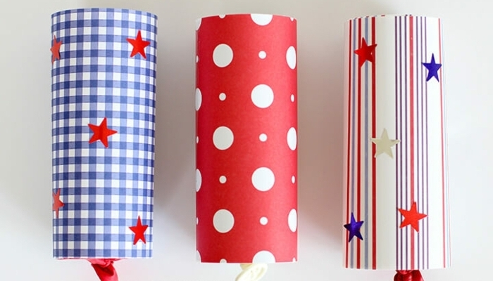 tubos llenos de papel picado paso a paso, manualidades rollo papel higienico con papel estampada en blanco, rojo y azul