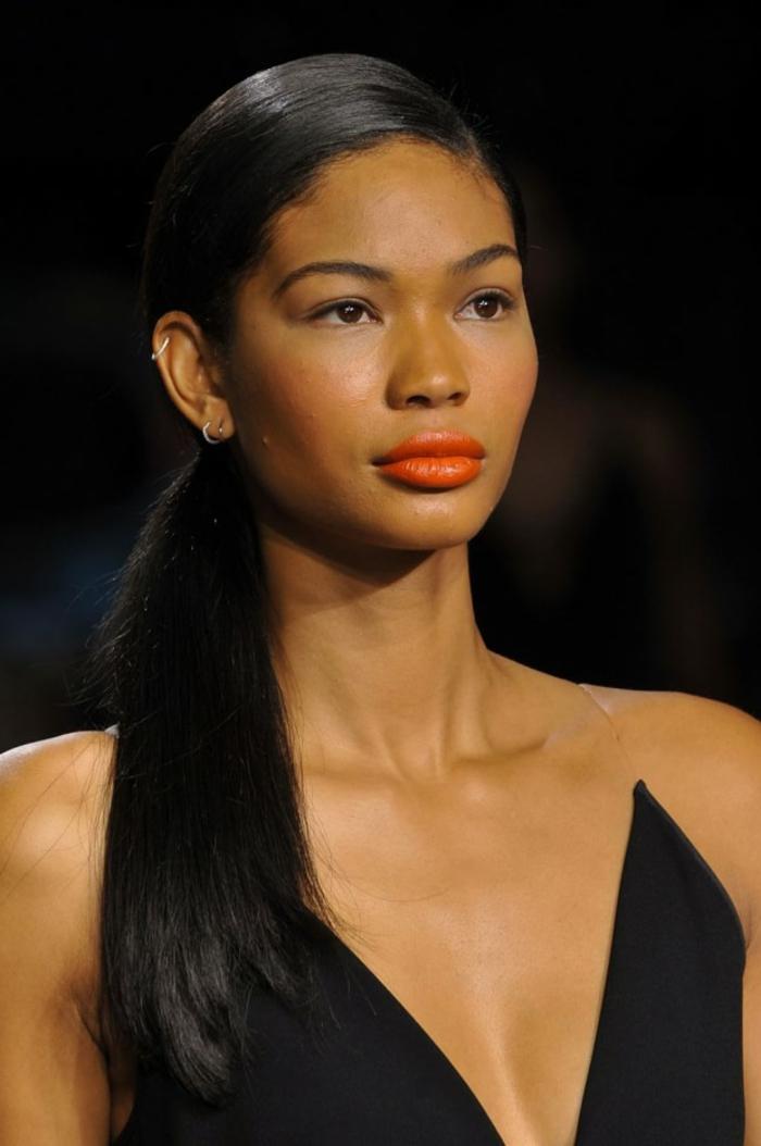 peinados con coleta faciles de hacer, mujer con pelo largo negro peinado a un lado, propuesta simple y elegante