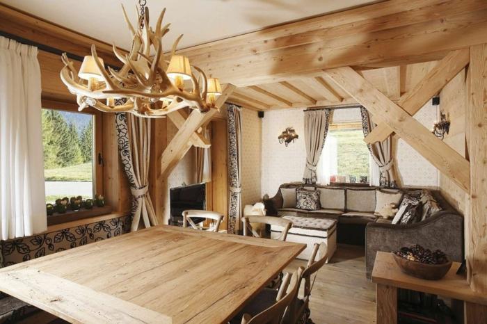 como decorar un salon moderno rustico con suelo paredes y muebles de madera, candelabro vintage con imitación de cuernos de veneno