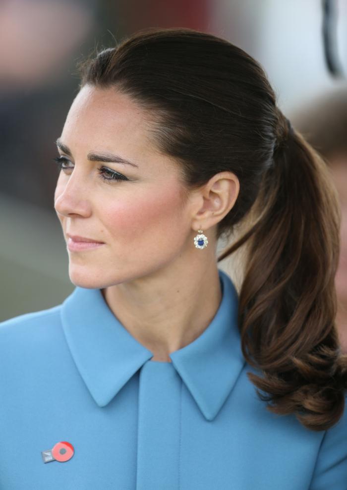 peinados faciles y bonitos, Kate Middleton con pelo largo ligeramente ondulado recogido en cola alta